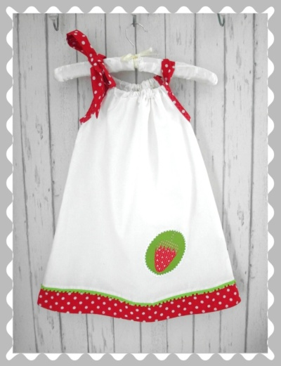 """Kleid / Hängerchen """"Erdbeere auf einem Emplem"""""""